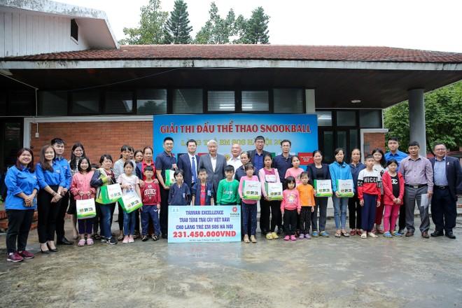 Đoàn Taiwan Excellence chụp ảnh lưu niệm cùng các mẹ và các con làng trẻ em SOS Hà Nội.