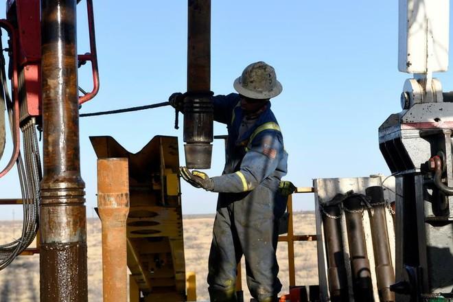 Công nhân tại một cơ sở khai thác dầu ở Texas (Mỹ). Ảnh: Reuters.