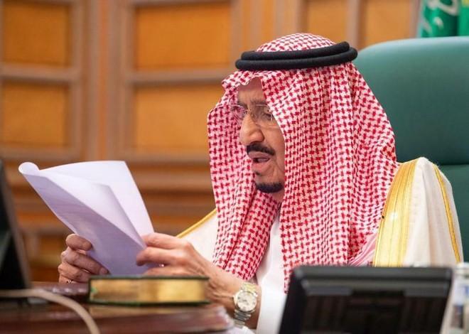 Quốc vương Saudi Arabia Salman bin Abdulaziz chủ trì cuộc họp trực tuyến của G20 hôm qua. Ảnh: Reuters