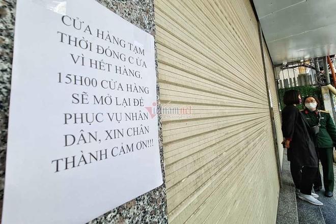 Người Hà Nội đổ xô mua pháo hoa, cửa hàng tạm đóng cửa sau vài giờ mở bán ảnh 2
