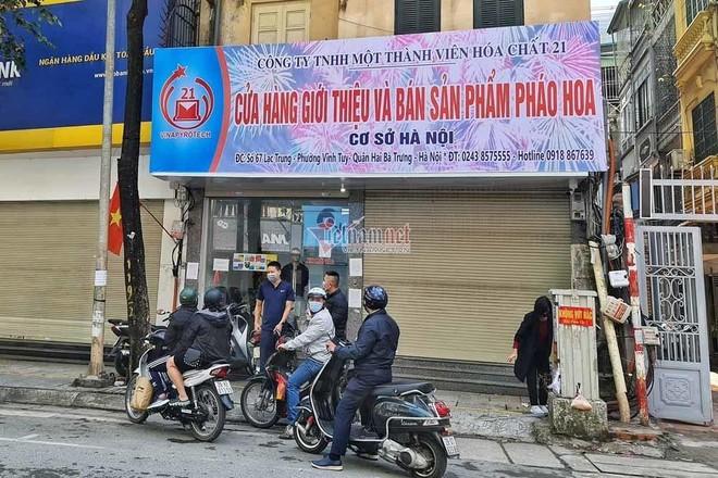 Người Hà Nội đổ xô mua pháo hoa, cửa hàng tạm đóng cửa sau vài giờ mở bán ảnh 7