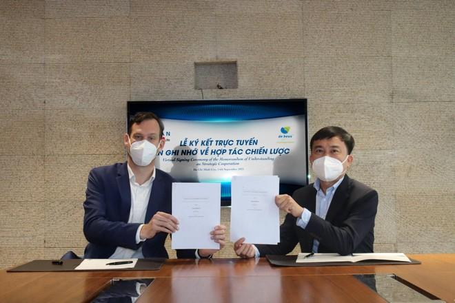 Đại diện De Heus - ông Gabor Fluit, Tổng giám đốc De Heus Châu Á và đại diện Masan MEATLife - ông Phạm Trung Lâm, Tổng giám đốc Masan MEATLife hoàn tất ký kết MOU.