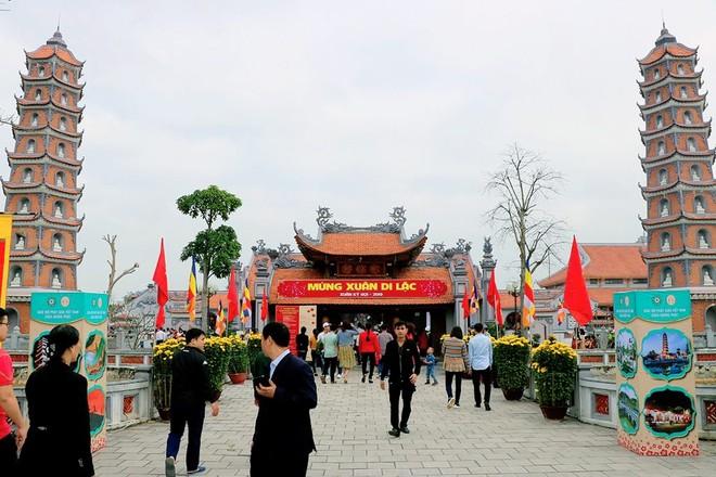 Điểm du lịch Chùa Hoàng Phúc, tỉnh Quảng Bình, nơi hàng ngày có đông đảo du khách đến tham quan.