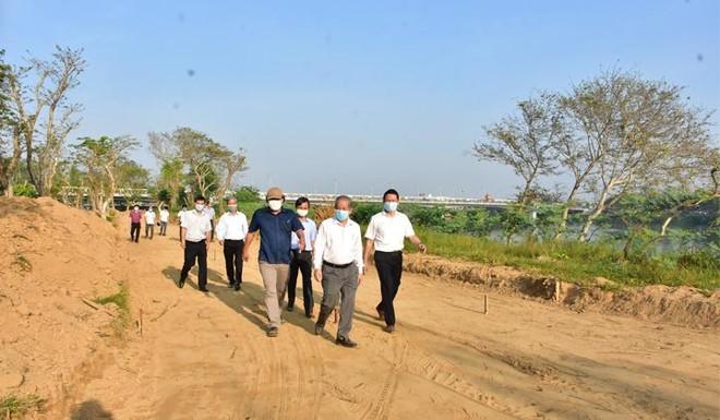 Chủ tịch UBND tỉnh Thừa Thiên Huế Phan Ngọc Thọ kiểm tra tiến độ chỉnh trang đường đi bộ dọc sông Hương.