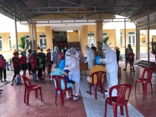 Trung tâm Kiểm soát bệnh tật tỉnh Quảng Bình lấy mẫu xét nghiệm cho các hộ dân tại bản Bãi Dinh, xã Dân Hóa.