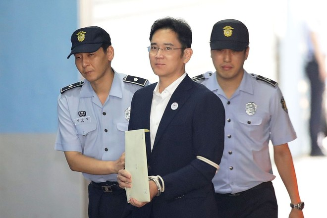 Ông Lee Jae-yong trên đường đến tòa án sáng nay.