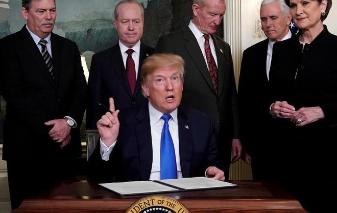 """Ông Trump yêu cầu doanh nghiệp Mỹ """"rời bỏ"""" Trung Quốc"""