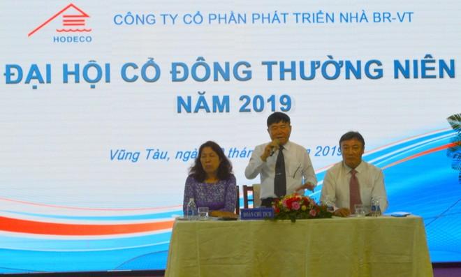 Ông Đoàn Hòa Thuận, Chủ tịch HĐQT (ngồi giữa) và ông Lê Viết Liên đang là Phó tổng giám đốc, sẽ nhận chức Tổng giám đốc Hodeco vào tháng 5 tới.