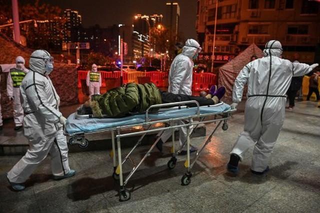 Các bệnh viện ở Vũ Hán đều trong tình trạng quá tải trước dịch bệnh viêm phổi lạ bùng phát. (Ảnh: AFP)