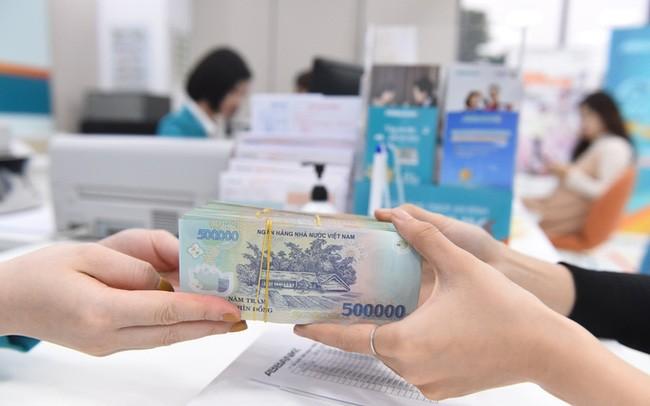 Lãi suất tiếp tục giảm, tiền nhàn rỗi vẫn chảy mạnh vào ngân hàng