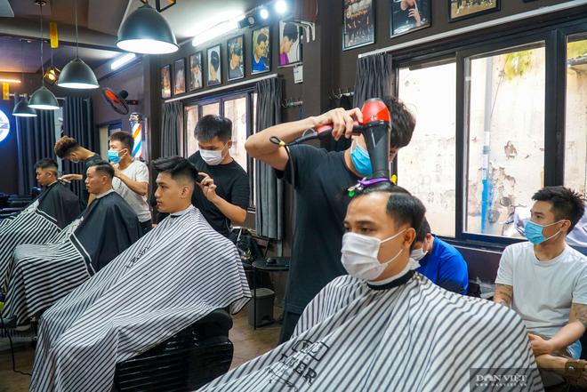 Hà Nội: Từ 0h ngày 13/7, nhà hàng, cơ sở dịch vụ ăn, uống chỉ được bán mang về, dừng các cửa hàng cắt tóc, gội đầu