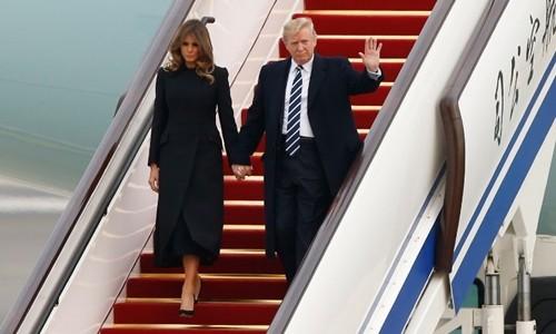 Tổng thống Mỹ Donald Trump đặt chân tới Bắc Kinh. Ảnh: AFP.
