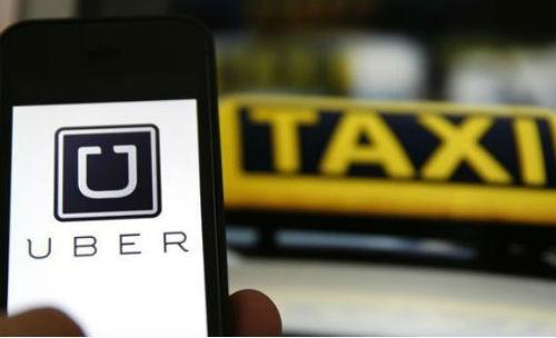Cuộc cạnh tranh giữa taxi truyền thống và Uber, Grab ngày càng khốc liệt.