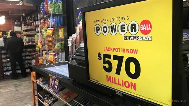 Quảng cáo của Powerball xuất hiện tại một cửa hàng ở New York, Mỹ ngày 5/1 (Ảnh: Reuters)