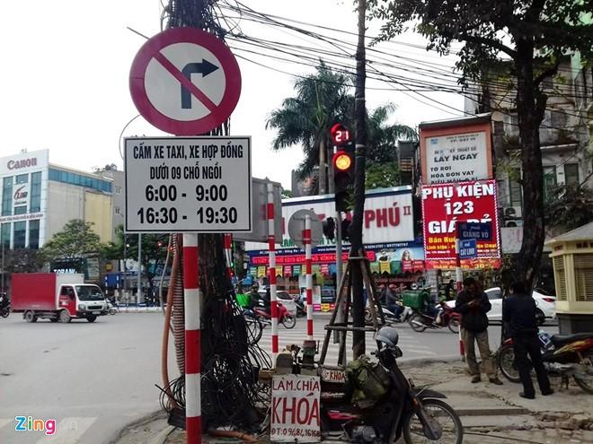 Biển cấm xe hợp đồng dưới 9 chỗ đặt trên đường Giảng Võ. Ảnh: Văn Chương