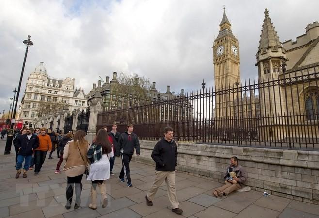 Người dân Anh tại khu vực tòa nhà Quốc hội Anh ở London. (Nguồn: AFP/TTXVN)