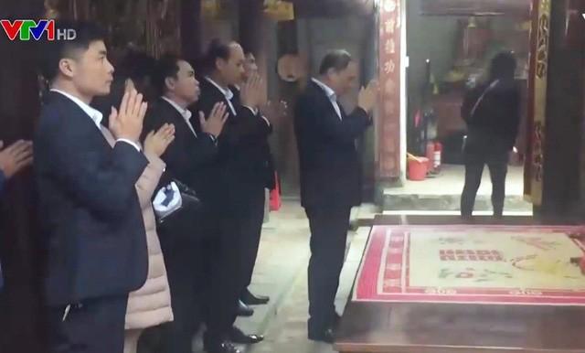 Hình ảnh cán bộ đi lễ trong giờ hành chính xuất hiện trên VTV1 (ảnh cắt từ clip VTV).