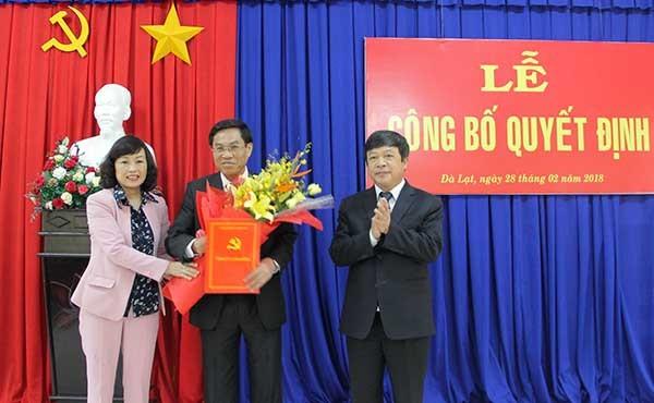 Chủ tịch UBND tỉnh Lâm Đồng trao quyết định cho ông Võ Ngọc Hiệp. Ảnh báo Lâm Đồng