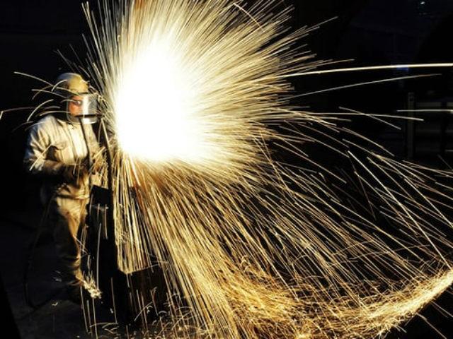 Sản xuất thép tại nhà máy ở Thanh Đảo (Trung Quốc). Ảnh: AFP