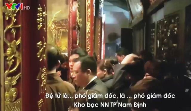 Hình ảnh cán bộ đi lễ trong giờ hành chính xuất hiện trên VTV1 (ảnh cắt từ clip VTV)