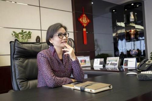 Nữ tỷ phú Zhou Qunfei tại văn phòng làm việc của Lens Technology.