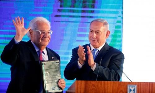 Thủ tướng Israel Benjamin Netanyahu (phải) vỗ tay sau khi trao cho Đại sứ Mỹ tại Israel David Friedman lá thư bày tỏ sự cảm kích trong buổi lễ đón tiếp được tổ chức tại Bộ ngoại giao Israel ở Jerusalem ngày 13/5. Ảnh: Reuters.