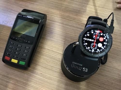 [Người dùng có thể dùng Gear S3 để thanh toán bằng Samsung Pay.