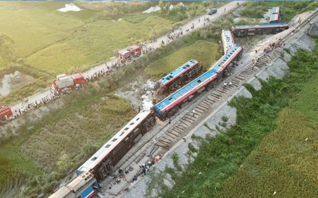 Vụ tai nạn đã làm 2 người chết (gồm lái tàu và phụ lái tàu bị kẹt trong cabin đầu máy 927) và làm 10 người bị thương, trong đó, 3 nhân viên đường sắt, 1 lái xe ô tô tải và 6 hành khách đi tàu.