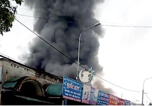 Ngọn lửa bốc lên dữ dội tại chợ Sóc Sơn. Ảnh. Sơn Giang.
