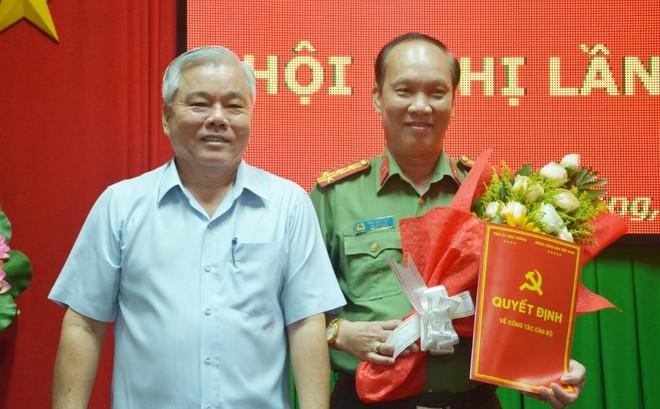 Bí thư Tỉnh ủy Sóc Trăng Phan Văn Sáu trao quyết định và chúc mừng Đại tá Phạm Quốc Việt. Ảnh báo Sóc Trăng.