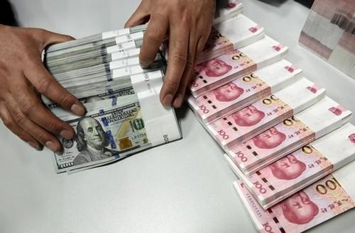 Nhân viên kiểm tiền tại một chi nhánh của Bank of China. Ảnh: Reuters.