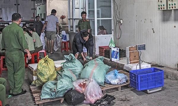 Cơ quan chức năng phát hiện gần 31 tấn thực phẩm 'bẩn' tại cơ sở Hồng Thắm. Ảnh: Báo Cần Thơ.