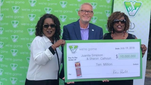 Bà Juanita Simpson và Sharon Calhoun đi nhận giải cùng anh trai bà Calhoun. (Nguồn: WSET)