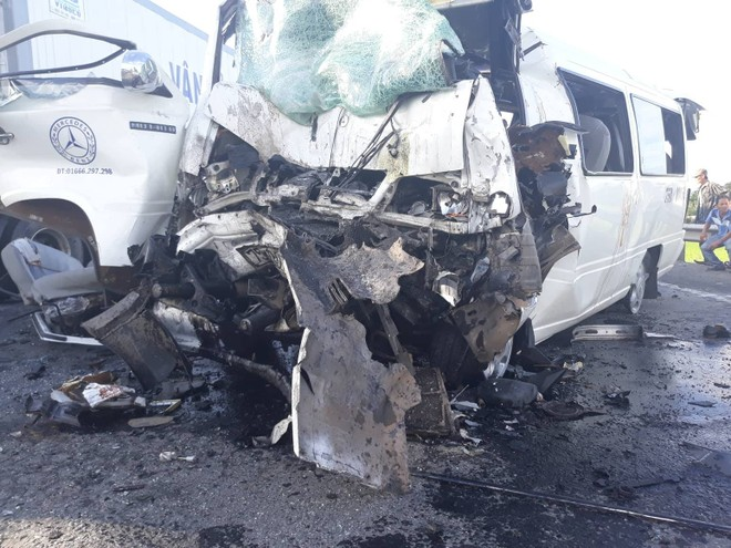 Chiếc xe ô tô 16 chỗ bị dập nát phần đầu khi va chạm với xe container.