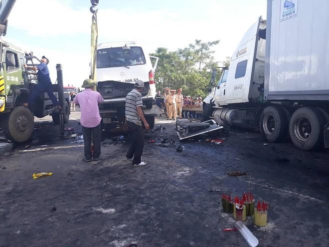 Quảng Nam: Ô tô đi rước dâu va chạm với xe container, 13 người tử vong ảnh 1