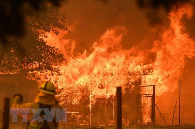 Lửa bốc dữ dội tại một căn nhà khi cháy rừng lan tới quần thể Mendocino ở Lakeport, California ngày 30/7. (Ảnh: AFP/TTXVN)