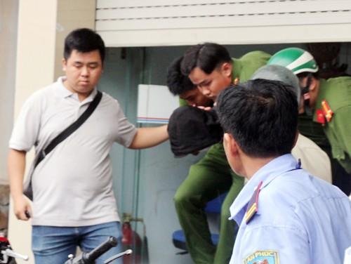 Nam thanh niên cầm dao cướp ngân hàng ở Sài Gòn ảnh 1