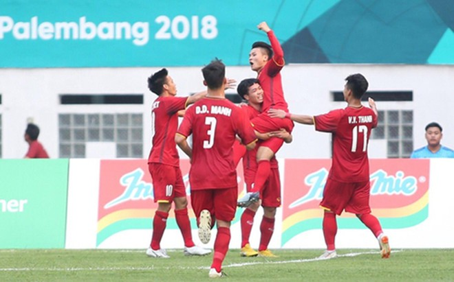 Các cầu thủ Việt Nam trong trận ra quân tại Asiad 2018. Ảnh: Lâm Thỏa.