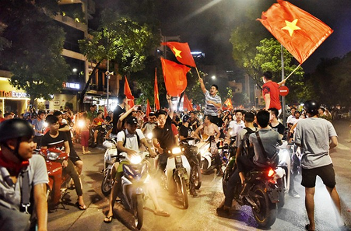 """Nhiều nhóm thanh niên hát bài """"Nối vòng tay lớn"""" sau chiến thắng của đội tuyển Việt Nam trước Bahrain vào hôm 23/8. Ảnh: Giang Huy."""