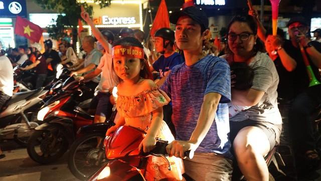 """""""Biển người"""" mừng chiến thắng của Olympic Việt Nam ở hồ Hoàn Kiếm ảnh 11"""