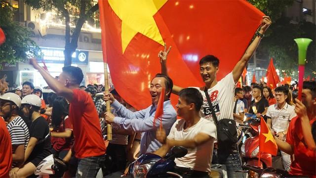 """""""Biển người"""" mừng chiến thắng của Olympic Việt Nam ở hồ Hoàn Kiếm ảnh 5"""