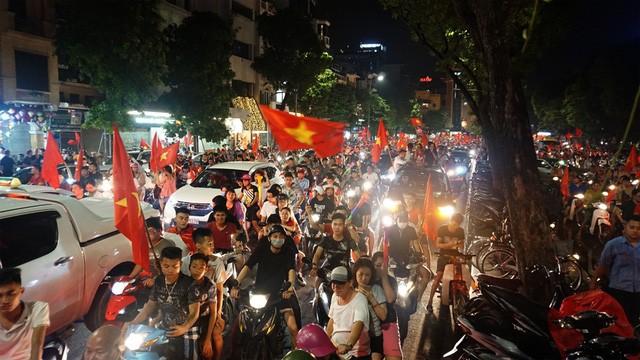"""""""Biển người"""" mừng chiến thắng của Olympic Việt Nam ở hồ Hoàn Kiếm ảnh 7"""
