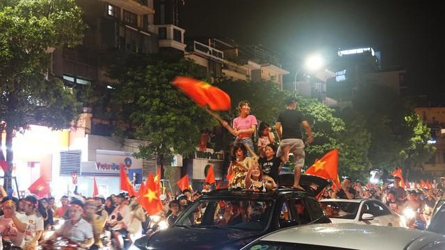 """""""Biển người"""" mừng chiến thắng của Olympic Việt Nam ở hồ Hoàn Kiếm ảnh 9"""