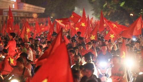 Đường phố Hà Nội tràn ngập màu đỏ sau trận tuyển Olympic Việt Nam thắng Olympic Syria tối 27/8. Ảnh: Gia Chính.