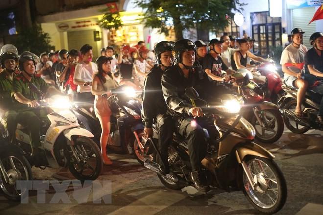 Lực lượng công an thành phố Hà Nội duy trì giữ gìn an ninh trật tự trên những tuyến phố. (Ảnh: Doãn Tấn/TTXVN).