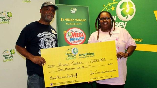 Vợ chồng ông Martin đến công ty xổ số New Jersey nhận giải thưởng 1 triệu USD. (Nguồn: abc News).