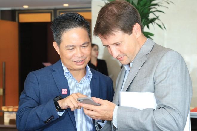 Ông Nguyễn Bá Diệp và ông Dmitry Mosolov - Tổng giám đốc Home Credit Việt Nam trò chuyện về các tính năng mới của Ví MoMo.