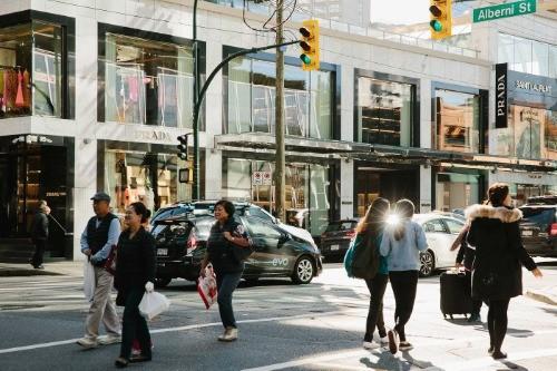 Người mua sắm trên phố Alberni Street. Ảnh: Bloomberg.