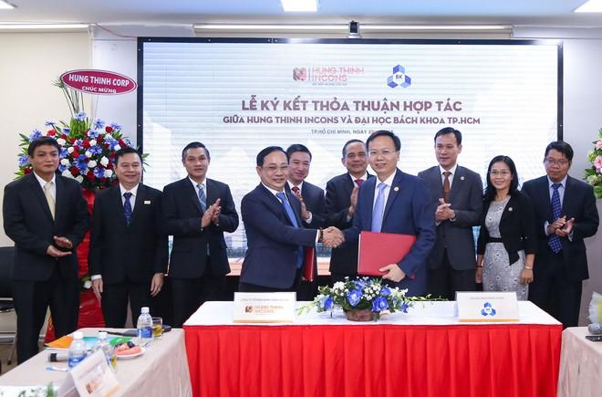 PGS.TS.Mai Thanh Phong - Hiệu trưởng Trường Đại học Bách khoa TP.HCM và ông Lê Chí Trung - Tổng Giám đốc Hưng Thịnh Incons cùng đại diện 2 đơn vị thực hiện nghi thức ký kết hợp tác.