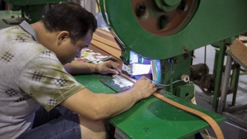 Công nhân làm việc trong một nhà máy ở Quảng Châu (Trung Quốc). Ảnh: Bloomberg.